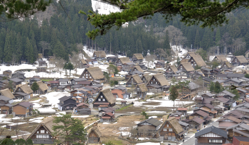Shirakawago_Houses_Panorama_April_2010