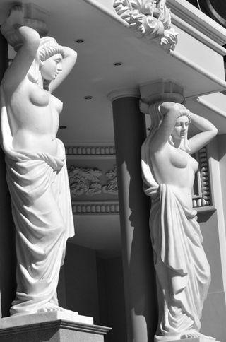 Opera HOuse_Statues_BW